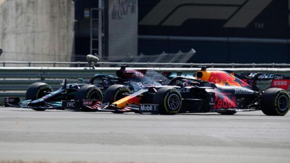 Hamilton et Max Verstappen prennent un virage côte à côte au départ du Grand Prix de Grande-Bretagne.