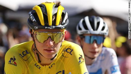 Tadej Bokar de Team Emirates slovène portait le maillot jaune de capitaine au classement général, le meilleur jeune maillot blanc des 108e et 21e et dernier tour, suivi du Danois Jonas Winggard (R) de Team Jumbo Wisma.  Edition du Tour de France cycliste, 108 km entre Château et Paris Champs-Elysées, le 18 juillet 2021.