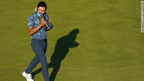 Morikawa merayakan dengan Clarett Gaug di Green 18 setelah memenangkan World Open.
