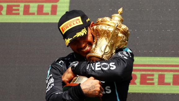 Lewis Hamilton célèbre sur le podium à Silverstone.