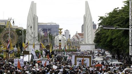 Pro-demokratyczni protestujący maszerują w Bangkoku w lipcu, domagając się, by premier Prayuth Chan-o-cha ustąpił, a rząd został pociągnięty do odpowiedzialności za złe zarządzanie pandemią.
