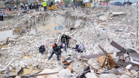 En una foto publicada por Miami-Dade Fire Rescue el 10 de julio, los equipos trabajan en el lugar del derrumbe del edificio residencial.