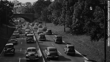 ニューヨーク州ナッソー郡のサザンステートパークウェイの28番出口にある車で、1960年頃の典型的な平日の交通量を示しています。