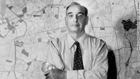 ロバートモーゼスは1954年にニューヨーク州ロングアイランドの地図の前に立っています。