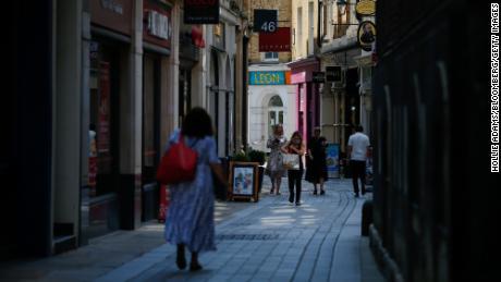 Les piétons sur Bow Street le soi-disant «Jour de la liberté» dans la City de Londres le lundi 19 juillet 2021.