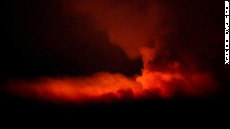 16 जुलै रोजी ओरेगॉनमधील बेली जवळ बुटलेग फायरने रात्रीच्या आकाशात दिवे लावले.