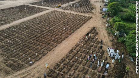 Tumbas de las víctimas del Covid-19 en el cementerio de Rorotan en Yakarta.