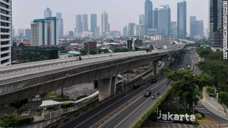 Jalan-jalan biasanya ramai di pusat kota Jakarta pada 15 Juli 2021, karena tipe delta yang sangat menular menyebar ke seluruh Indonesia.