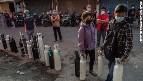 Warga antre mengisi tangki oksigen di SPBU di Surabaya pada 15 Juli 2021.
