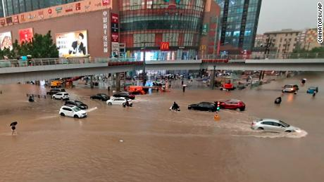 周二,中国中部河南省郑州市遭遇暴雨,车辆被困。