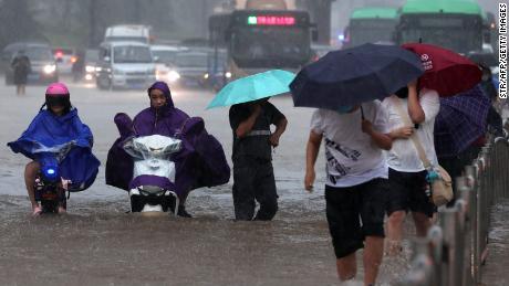 中国中部发生致命洪水 乘客被困地铁