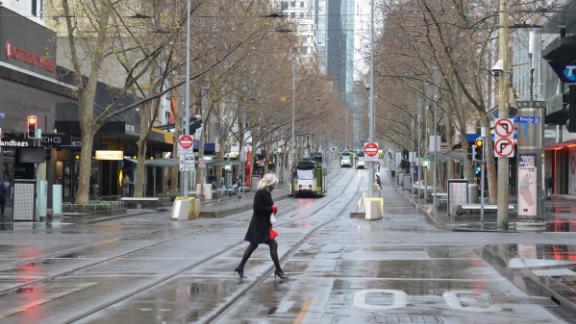 Moteris beveik tuščiame Melburno miesto centre šio mėnesio uždarymo metu.