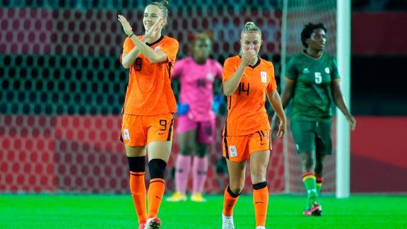 Vivian Miedema viert feest na haar derde doelpunt van de wedstrijd.
