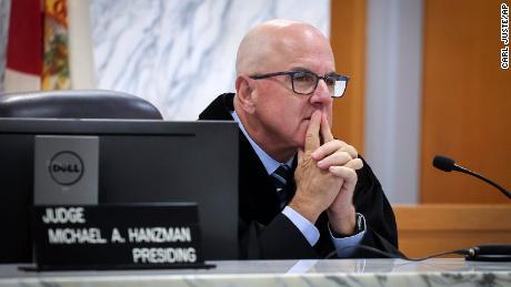 El juez de circuito de Miami-Dade, Michael Hanzman, escucha a los inquilinos y propietarios de condominios compartir sus pensamientos sobre el sitio del edificio Champlain Towers South que colapsó en Surfside, Florida.