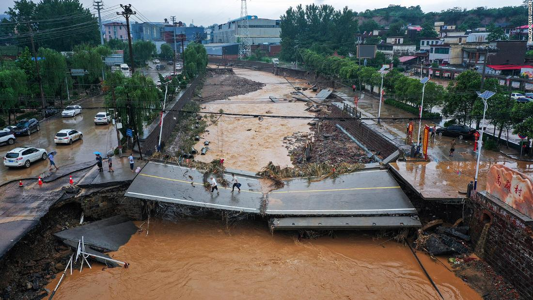 Death toll rises as survivors recount horror of China subway floods