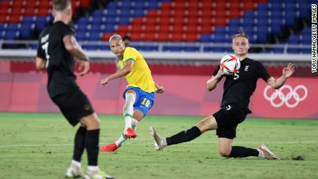 سجل ريتشاردسون (رقم 10) الهدف الثالث للبرازيل خلال مباراة المجموعة الرابعة ضد ألمانيا في 22 يوليو 2021 على الملعب الدولي في طوكيو باليابان خلال أولمبياد طوكيو 2020 للرجال.  .