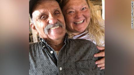 Kristi Henry y su esposo, Lonnie, están en el hospital luchando contra una infección por Covid-19.