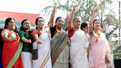 """Les femmes se rassemblent pour participer aux 620 kilomètres du """"Mur des femmes"""" contre la discrimination fondée sur le genre au Kerala, 2019."""