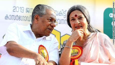 """Le ministre en chef Pinarayi Vijayan avec une militante lors du """"Mur des femmes"""" manifestations en 2019."""