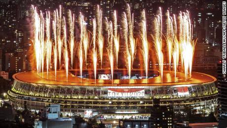 Fuochi d'artificio illuminano il cielo sopra lo Stadio Olimpico durante la cerimonia di apertura delle Olimpiadi di Tokyo.
