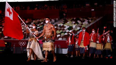 Peta Tofatovwa guida la squadra di Tonga durante la cerimonia di apertura.