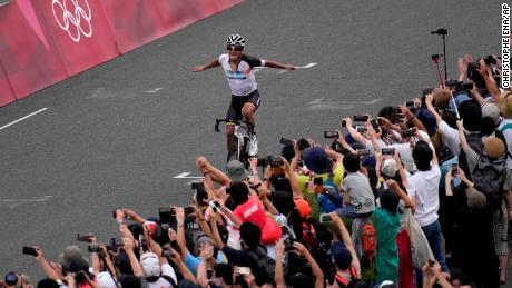 Ο Richard Carapaz του Εκουαδόρ γιορτάζει τη νίκη του ανδρικού αγώνα ποδηλασίας στους Ολυμπιακούς Αγώνες του Τόκιο 2020.