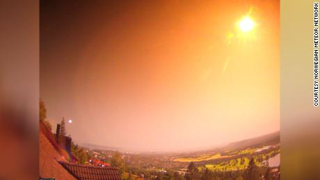 流星がノルウェーの夜を照らします