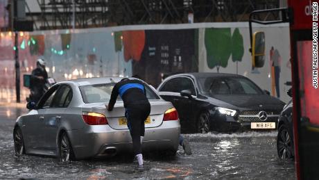 Une voiture a été poussée dans les eaux de crue dans le quartier Nine Elms de Londres.