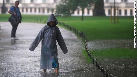 Dimanche, un piéton traverse une zone inondée de St James's Park, dans le centre de Londres.