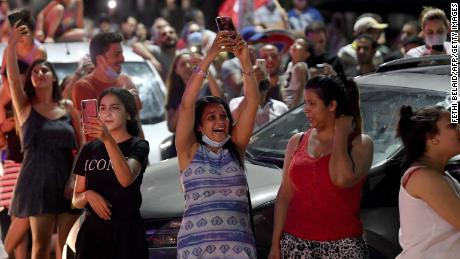 Les gens célèbrent dans la rue après que le président tunisien Kais Saied a annoncé la dissolution du parlement et du gouvernement du Premier ministre Hichem Mechichi à Tunis le 25 juillet 2021.