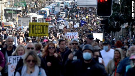 Demonstranti pochodují v ulicích během