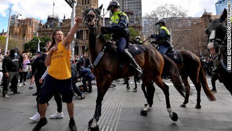 Demonstrant se 24. července pokusil v Sydney vyhnat policejního koně, protože tisíce lidí protestují proti rozkazům města zůstat měsíc doma.  Není jasné, zda je osobou na fotografii jeden ze dvou obviněných mužů.