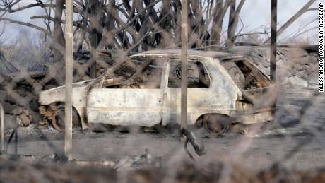 सार्डिनिया में जली कार।  द्वीप सरकार ने सप्ताहांत में आपातकाल की स्थिति घोषित कर दी।