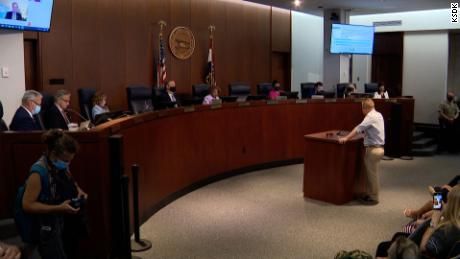 O Conselho do Distrito de St. Louis vota a favor de retirar o mandato da máscara da liderança do distrito