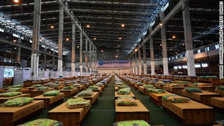 Cerca de 1.800 camas de cartón se preparan en un hospital de campaña Covid-19 dentro de un almacén en el Aeropuerto Internacional Don Muang de Bangkok el 27 de julio.