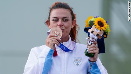 Pirelli ha celebrato la sua medaglia di bronzo, onorando la sua squadra e il suo paese dopo la premiazione.