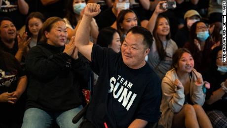 John Lee, padre de la gimnasta estadounidense Suni Lee, celebra después de que su hija ganara el título olímpico completo.