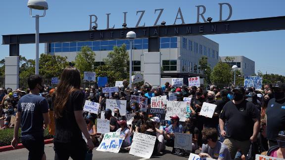 Les employés d'Activision Blizzard ont organisé un débrayage mercredi pour protester contre les réponses de l'entreprise au procès et exiger un traitement plus équitable pour le personnel sous-représenté.