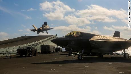 Liepos 27 dieną JAV jūrų pėstininkų naikintuvai F-35B skraidina prie britų lėktuvnešio HMS Queen Elizabeth Pietų Kinijos jūroje.