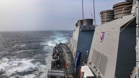 Valdomų raketų naikintojas USS Benfold eina per Taivano sąsiaurį, nes trečiadienį vykdo įprastas operacijas.