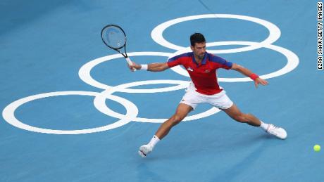Novak Djokovic gioca un dritto a Tokyo 2020 nelle semifinali di venerdì.