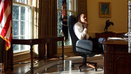 Le président Barack Obama dans le bureau ovale lors de son premier jour en fonction en 2009. Photo officielle de la Maison Blanche par Pete Souza