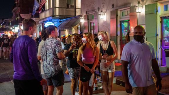 Emma Walton dan Maddison Mansfield dari Little Rock, Arkansas, berjalan menyusuri Bourbon Street di New Orleans.