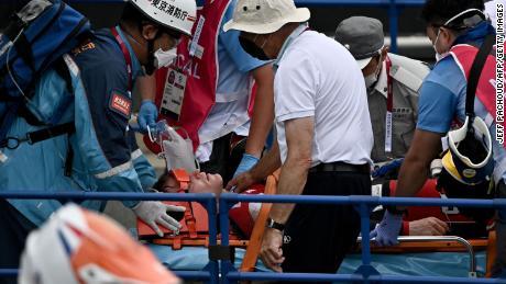 Fields riceve assistenza medica dopo l'incidente nelle semifinali di BMX.
