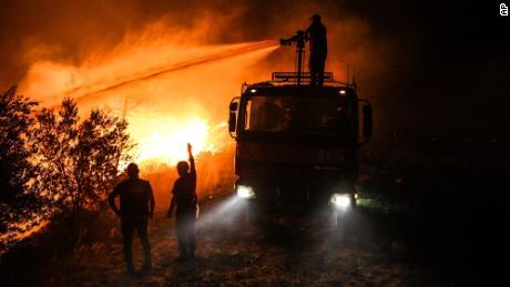 Brandweerlieden probeerden de brand vrijdag 30 juli in het dorp Girley, nabij de stad Manavkat in de provincie Antalya, te bedwingen.