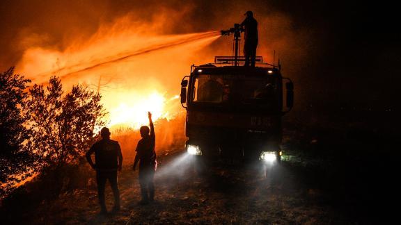 Οι πυροσβέστες προσπαθούν να θέσουν υπό έλεγχο τη φωτιά στο χωριό Κέρλι κοντά στην πόλη Μανάβγκατ, στην επαρχία Αττάλεια, νωρίς την Παρασκευή, 30 Ιουλίου.