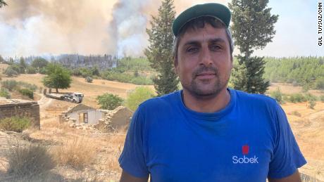Namat Adik, 37, zei: & quot;  Dit is de laatste stand.  Als we het niet kunnen neerleggen, zal het vuur kilometers ver gaan.  & Quot;