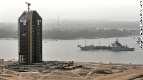 Un cargo passe le long d'une voie navigable pendant la construction sur le site d'Eko Atlantic City en février 2016.