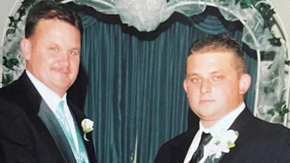 Mark e Brett McCall, raffigurati in una foto di famiglia del 2006, hanno lavorato insieme nel dipartimento di manutenzione della scuola pubblica della contea di Duval.