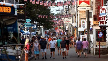 Mọi người đi bộ xuống Phố Thương mại ở Provincetown vào Thứ Ba, 20 Tháng Bảy.